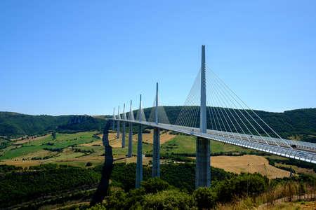 Viaducto de Millau, impresionante puente atirantado en el valle del Tarn, Aveyron, Francia Editorial