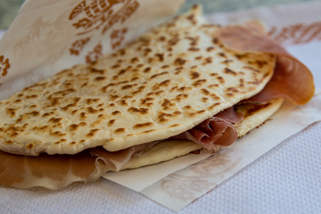 the awesome, world famous, delicious, tasty piadina romagnola with prosciutto crudo ham. Italian summer mood. Banque d'images