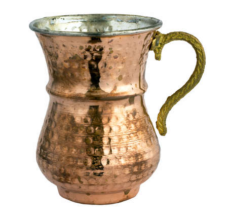 Leeres traditionelles türkisches Joghurtgetränk in einem Kupfermetallbecher Standard-Bild