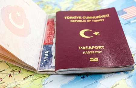 Turkish passport on US Map Stockfoto