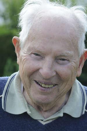 90 Jahre alter Mann, lachen und Wohlfühlen.