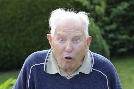 gente loca: Disparo de loco hombre senior con mueca divertido  Foto de archivo