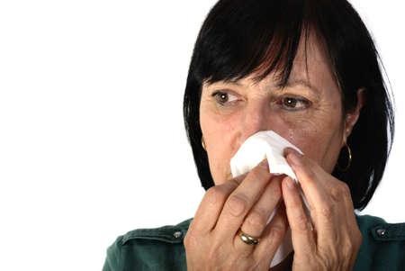 mujer llorando: Disparo de edad mujer retirada llorando aislado sobre fondo blanco