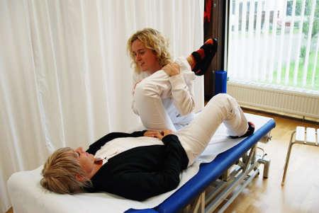 fisico: SAALFELDEN, AUSTRIA - 30 de agosto: fisioterapeuta ejercer con reumatismo femenina paciente el 30 de agosto de 2007 en el centro de rehabilitaci�n en Saalfelden, Austria. Editorial