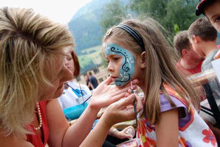clowngesicht: MITTERSILL, �sterreich - Juli 4: Gesicht Kinder Malerei an das Rahmenprogramm �ber die Watersports Ereignis Erdinger Sautrogrennen auf July 4, 2010 auf dem Zierteich in Mittersill, �sterreich