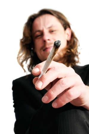 articulaciones: Joven empresa hombre fumar marihuana despu�s del trabajo