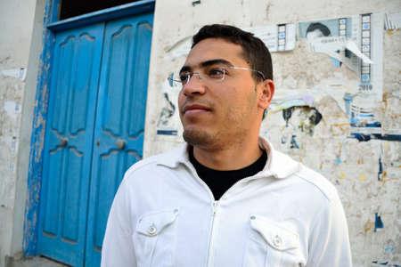 homme arabe: Pensive homme arabe dans les rues de Tunisie Banque d'images