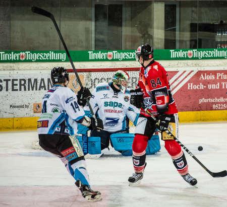 ungarn: 28.12.2012, Tiroler Wasserkraft Arena, Innsbruck, AUT, EBEL, HC TWK Innsbruck vs SAPA Fehervar AV19, 35. Runde, im Bild Tamas Pozsgai, (SAPA Fehervar AV19, #14), Balizs Bence, (SAPA Fehervar AV19, #39), Stefan Pittl, (HC TWK Innsbruck, # 84)  during the