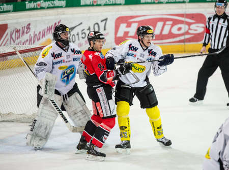 ec: 17.02.2013, Tiroler Wasserkraft Arena, Innsbruck, AUT, EBEL, HC TWK Innsbruck vs EC Dornbirn, 8. Qualifikationsrunde, im Bild Patrick Desrochers, (EC Dornbirn, #37), Bryan McGregor, (HC TWK Innsbruck, #81), David Printz, (EC Dornbirn, #33)  during the E