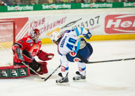 ec: 12.10.2012, Tiroler Wasserkraft Arena, Innsbruck, AUT, EBEL, HC TWK Innsbruck vs EC VSV, 11. Runde, im Bild Thomas Tragust, (HC TWK Innsbruck, # 34) und Michael Grabner, (EC VSV, #40  during the Erste Bank Icehockey League 11th Round match between HC TW