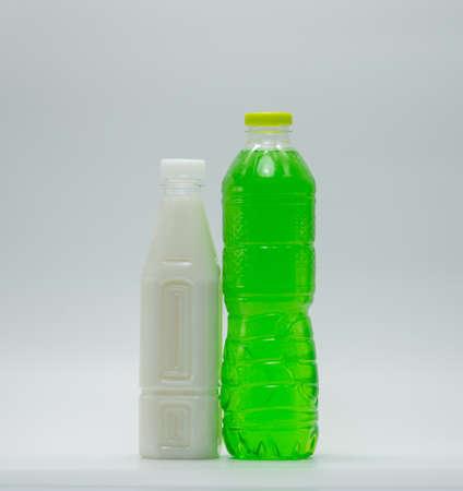 Refrescos en botella de plástico con envases modernos sobre fondo blanco Foto de archivo - 82727829