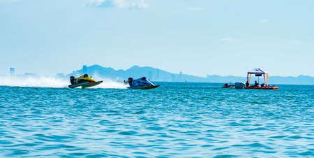 CHONBURI, THAILAND-NOVEMBER 26, 2017 : F3 boat with beautiful sky and sea in Bangsaen Power Boat 2017 at Bangsaen beach in Thailand Редакционное