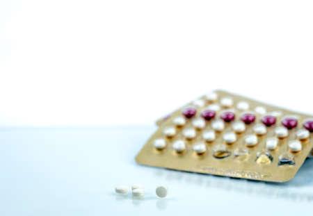 Orale anticonceptiepillen. Anticonceptiepillen. Hormonen voor anticonceptie. Gezinsplanning, hormonale acne, gynaecoloogconcept. Ovulatie op anticonceptiepillen. Farmaceutische industrie. Tabletten pil. Stockfoto