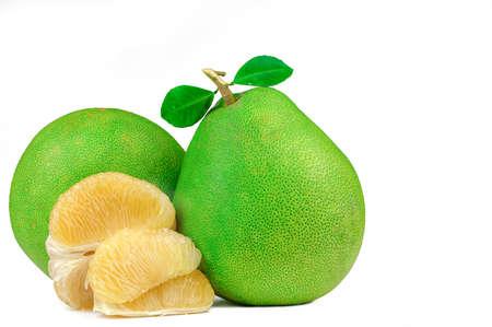 Pulpa de pomelo sin semillas aislado sobre fondo blanco. Fruta de pomelo de Tailandia. Fuente natural de vitamina C y potasio. Alimentos saludables para retrasar el envejecimiento. Interacciones entre alimentos y medicamentos. Fruta cítrica.