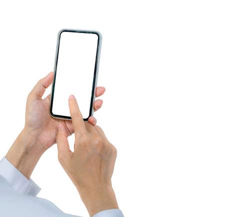 Mano della donna che tiene e utilizza lo smartphone. Smartphone commovente della mano del primo piano con lo schermo in bianco isolato su fondo bianco e spazio della copia per testo. Telefono cellulare con schermo vuoto. Marketing online.