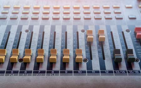 Consola mezcladora de sonido de audio. Mesa de mezclas de sonido. Panel de control del mezclador de música en el estudio de grabación. Consola de mezclas de audio con faders y perilla de ajuste. Ingeniero de sonido. Radiodifusión de control de mezclador de sonido