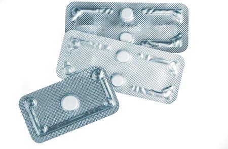 Píldoras anticonceptivas de emergencia en blister sobre fondo borroso de píldoras del día después. Causa farmacológica del embarazo ectópico. Anticoncepción de emergencia para prevenir el embarazo después de una relación sexual sin protección. Foto de archivo