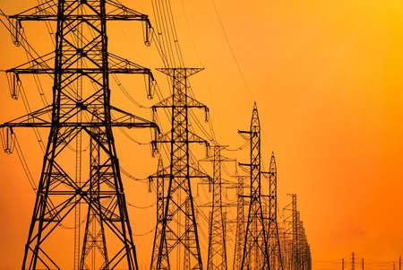 Hochspannungsmast und Hochspannungsleitungen am Abend. Strommasten bei Sonnenuntergang. Kraft und Energie. Energieeinsparung. Hochspannungsnetzturm mit Drahtseil an der Verteilerstation.