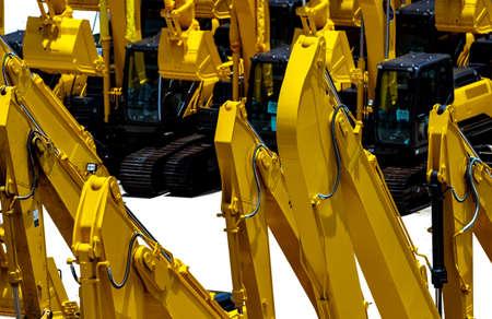 Retroexcavadora amarilla con brazo de pistón hidráulico aislado en blanco. Máquina pesada para excavación en obra. Maquinaria Hidráulica. Excavadora enorme. Industria de maquinaria pesada. Ingeniería Mecánica. Foto de archivo