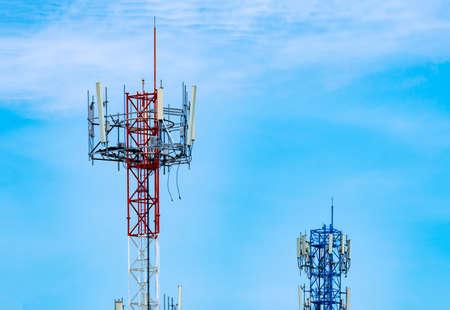 Wieża telekomunikacyjna z błękitne niebo i białe chmury w tle. Antena na niebieskim niebie. Słup radiowy i satelitarny. Technologia komunikacyjna. Przemysł telekomunikacyjny. Sieć komórkowa lub telekomunikacyjna 4g. Zdjęcie Seryjne
