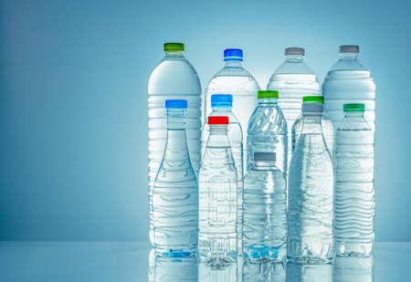 Ensemble de bouteille d'eau en plastique transparent avec étiquette vierge. Bouteille d'eau claire et minérale naturelle avec bouchon blanc, vert, rouge et bleu. Boisson saine. Collection de bouteille en plastique avec plein de liquide.