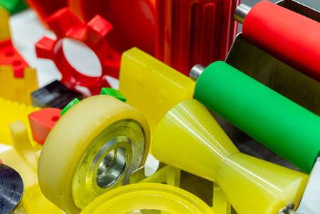 Plásticos de ingeniería. Material plástico utilizado en la industria manufacturera. Concepto de mercado de plástico de ingeniería global. Materiales de piezas plásticas de poliuretano y abs. Productos de máquinas de inyección de plástico. Foto de archivo