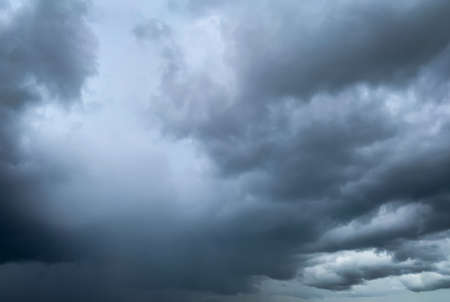 Ciel dramatique sombre et nuages. Contexte de la mort et du concept triste. Ciel gris et nuages blancs moelleux. Ciel de tonnerre et d'orage. Ciel triste et maussade. Fond naturel. Fond abstrait mort. Paysage de nuage.