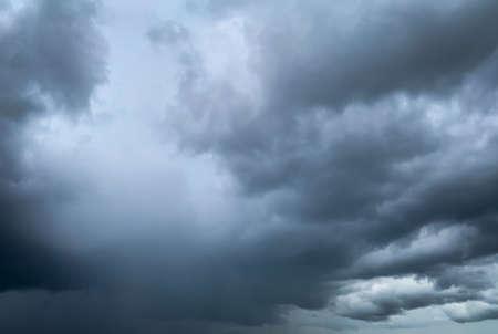 Donkere dramatische lucht en wolken. Achtergrond voor dood en verdrietig concept. Grijze lucht en pluizige witte wolken. Donder en storm hemel. Droevige en humeurige hemel. Natuur achtergrond. Dode abstracte achtergrond. Wolkenlandschap.