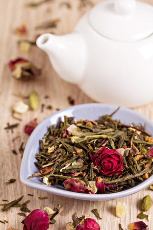 Groene thee met fruit, specerijen, rozenblaadjes en bamboe bladeren