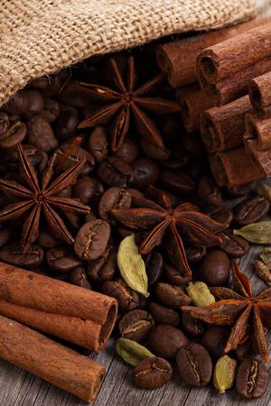 コーヒー豆、ジュート袋にスパイス