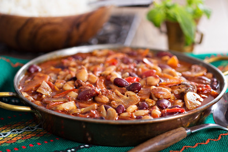 豆、キノコ、野菜とビーガン チリ