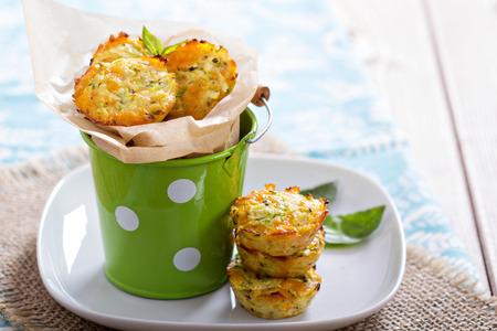 Запеченные кабачки с закуски сыром и зеленью Фото со стока