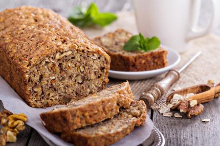 귀리 및 견과와 채식주의 자 바나나 당근 빵