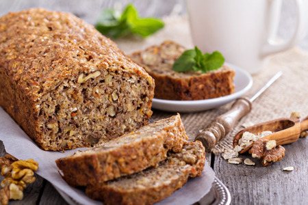 Vegan banaan wortel brood met haver en noten Stockfoto