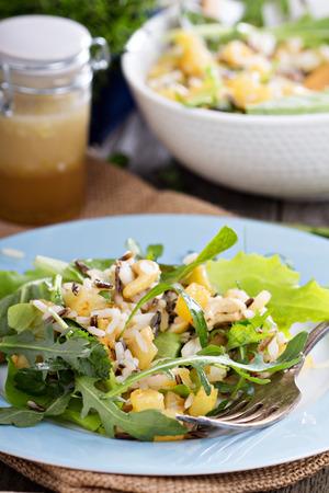 Ensalada con patatas al horno, arroz y hojas verdes Foto de archivo - 27280981