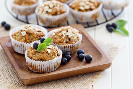 Vegan banana carrot muffins with oats and berries 版權商用圖片 - 27280983