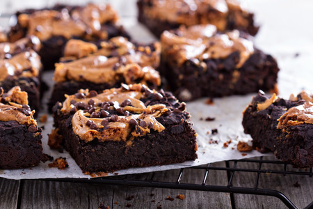 Brownies con gotas de chocolate de mantequilla de maní y Foto de archivo - 28592356