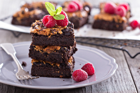 cacahuate: Brownies con gotas de chocolate de mantequilla de maní y Foto de archivo
