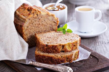 Banaan brood gesneden op een snijplank