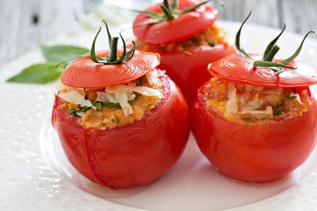 チーズとパン粉をのせてトマトを詰め