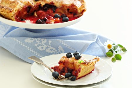 Peach and blueberry summer pie 版權商用圖片