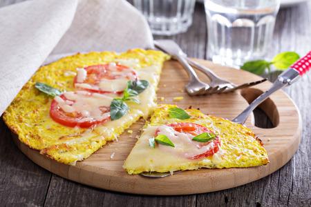 Здоровый пицца на цветной капусты коры
