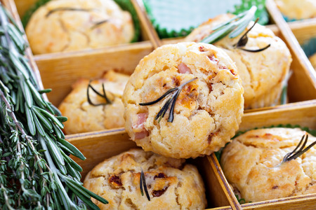 Savory muffins with herbs, tomatoes and ham Imagens