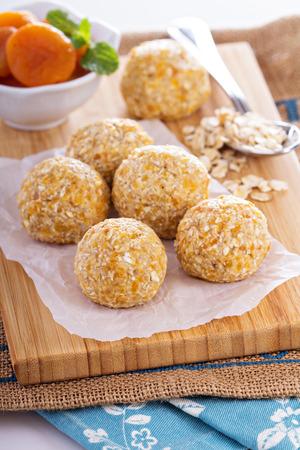 pelota: Vegano crudo bolas de pl�tano albaricoque avena