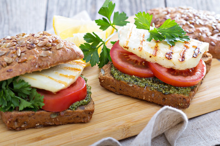 haloumi: Sandwiches with pesto, tomatoes and grilled haloumi