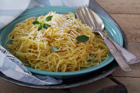 パルメザン チーズの上面ビューとハーブ スパゲッティ スカッシュ 写真素材