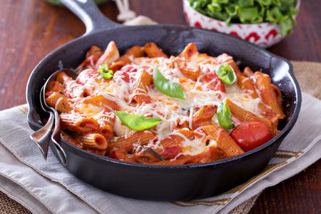 Паста печет с пенне, помидорами и моцареллой