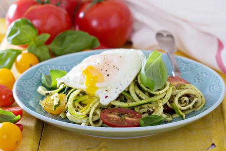 espiral: Fideos de calabac�n con tomate y huevo Foto de archivo