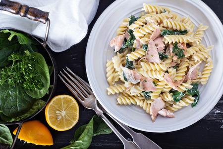 pastas: Fusilli pasta con salm�n al horno y espinacas