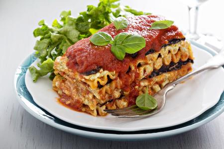 Vegan lasagna met aubergine en tofu Stockfoto